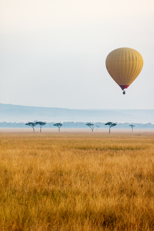 Early morning flight of hot balloons over Masai Mara national park, Kenya 版權商用圖片