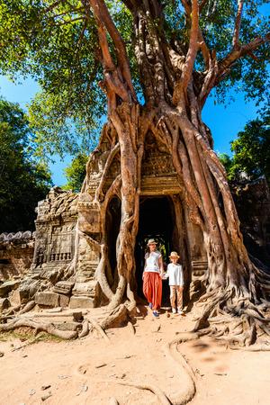 캄보디아 앙코르 고고학 지역의 고대 Ta Som 사원을 방문한 가족