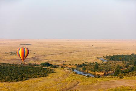 Vroege ochtendvlucht van hete ballons over het nationale park van Masai Mara, Kenia Stockfoto