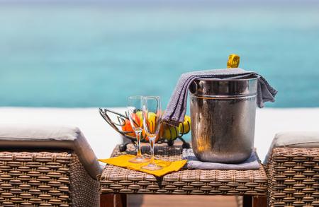 Twee glazen met champagne en fruit geserveerd voor speciale gelegenheid of feest Stockfoto