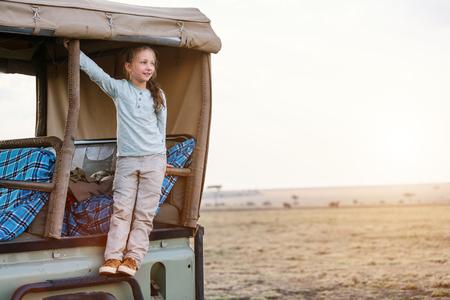 열려있는 차량에서 아침 게임 드라이브에 케냐 사파리의 사랑 스럽다 어린 소녀
