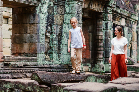 캄보디아 앙코르 고고학 지역의 고대 프레아 칸 사원을 방문한 가족
