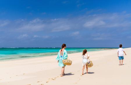 ホストファミリーのお母さんが、熱帯のビーチでの休暇を楽しむ子供達 写真素材 - 91669776