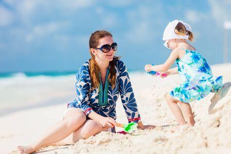 Moeder en haar dochtertje genieten van Caribische strandvakantie