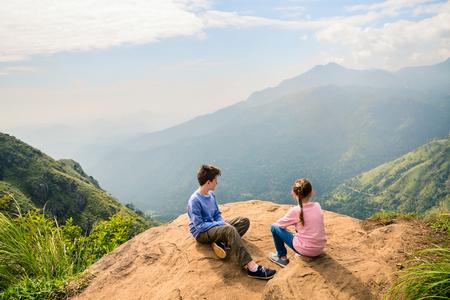 Kinder genießen atemberaubende Aussicht über Berge und Teeplantagen von kleinen Boo in Ella Sri Lanka Standard-Bild - 96012064