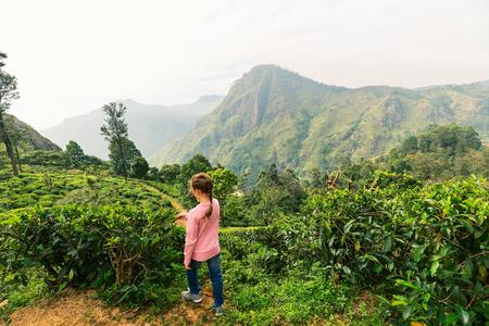 Kleines Mädchen genießen atemberaubende Aussicht über Berge und Teeplantagen in Ella Sri Lanka Standard-Bild - 96079607