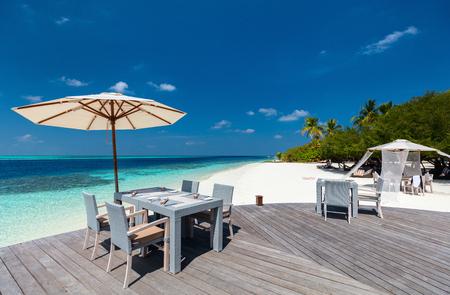 Restaurante de playa en la hermosa playa tropical en maldivas Foto de archivo - 96082147