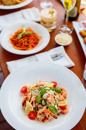 ランチまたはディナーにおいしい魚、エビ、ホタテのサラダ