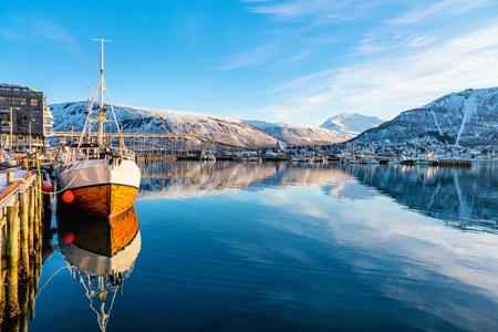 Piękny zimowy krajobraz miasta Tromso pokryte śniegiem w północnej Norwegii Zdjęcie Seryjne