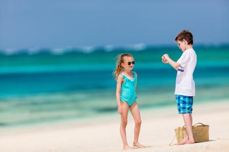 Les enfants s & # 39 ; amuser à la plage tropicale pendant les vacances d & # 39 ; été tropical jouer ensemble à la plage Banque d'images - 99049380