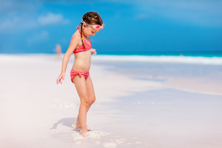 Cute little girl at tropical beach during summer vacation Banque d'images - 99845523