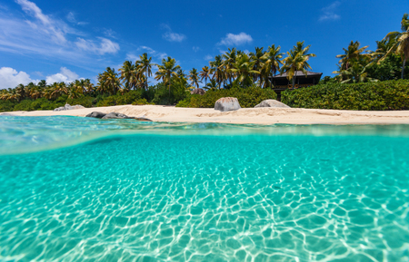 Beautiful tropical beach with white sand, turquoise ocean water and blue sky at Virgin Gorda, British Virgin Islands in Caribbean Banque d'images - 99862006