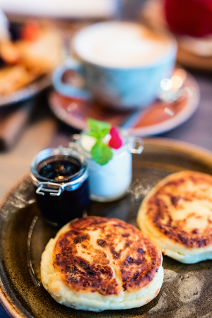 Delicious cottage cheese pancakes served for breakfast Standard-Bild - 100607548