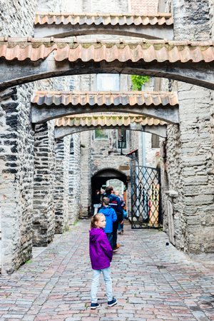 Tourists family in old Tallinn Estonia 版權商用圖片