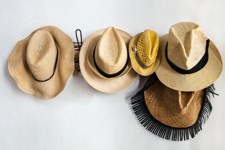 Chapeaux de paille sur une grille