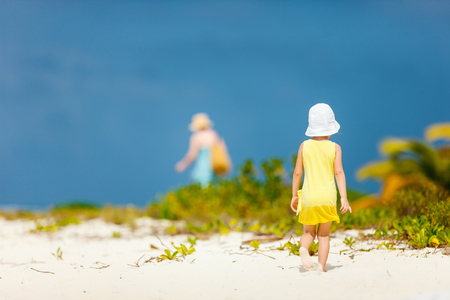 Back view of little girl at tropical beach 写真素材 - 102212757