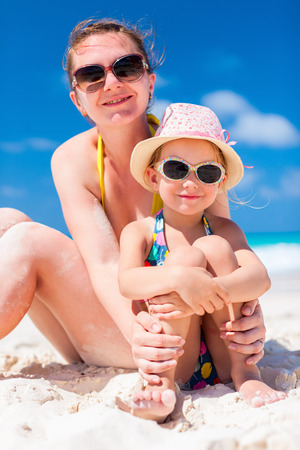Mother and daughter enjoying time at tropical beach Banque d'images