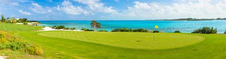 Prachtig uitzicht op een golfbaan aan de kust