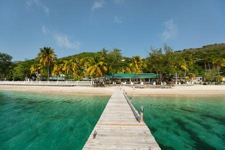 Ruhiger tropischer Strand mit weißem Sand, Palmen und türkisfarbenem karibischem Meerwasser auf der Insel Bequia in St. Vincent und die Grenadinen