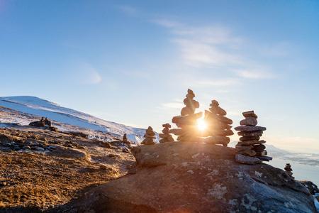 Stapel evenwichtige stenen op kust Stockfoto