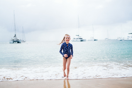 Adorable girl at beach during summer vacation Banque d'images - 107394060