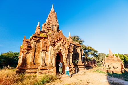 Family of mother and daughter visiting ancient temple in Bagan Archeological area in Myanmar 스톡 콘텐츠 - 117618455