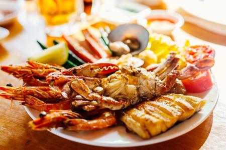 Gros plan de délicieux légumes et fruits de mer grillés