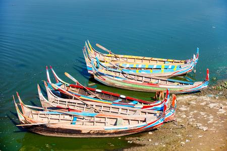 Vieux bateaux en bois près du pont U Bein Myanmar Banque d'images