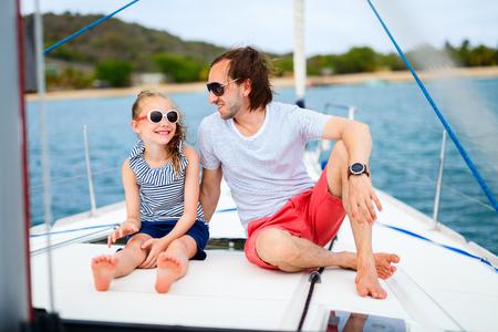 Padre e hija a bordo del yate de vela con viajes de aventura de verano
