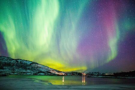 Incredibile attività dell'aurora boreale Aurora boreale sopra la costa della Norvegia Archivio Fotografico