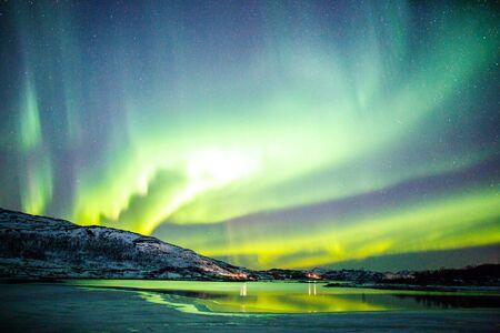 Niesamowita aktywność zorzy polarnej Aurora Borealis nad wybrzeżem w Norwegii