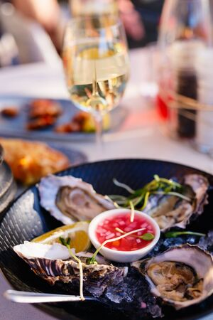 Fresh oysters served in a restaurant with white wine 版權商用圖片