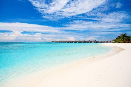 Belle plage tropicale sur l'île exotique aux Maldives Banque d'images