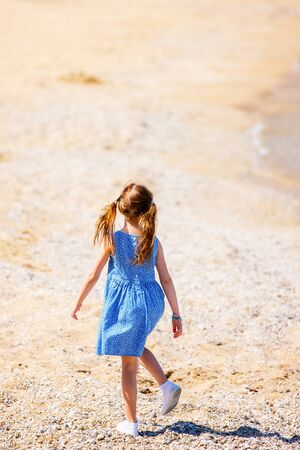 Back view of a little girl at beach during summer vacation Stockfoto