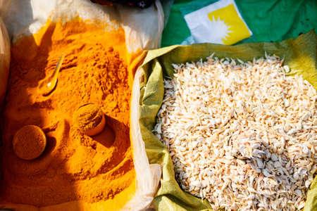 Curry powder and garlic for sale at market in Myanmar Zdjęcie Seryjne