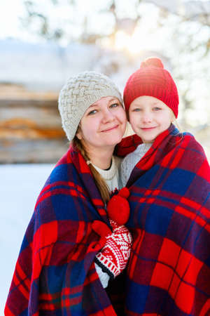 Beautiful family of mother and her little daughter enjoying snowy winter day outdoors 写真素材 - 155235593