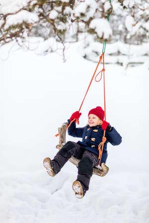 Adorable little girl having fun outdoors on beautiful winter snowy day Zdjęcie Seryjne - 155235467