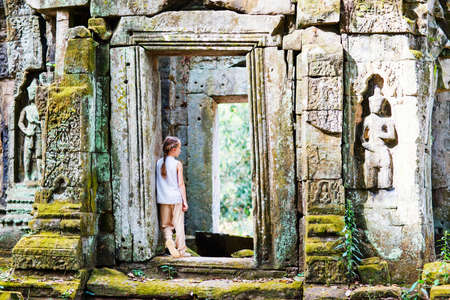 Little girl in ancient Angkor Wat temple in Siem Reap, Cambodia Zdjęcie Seryjne - 155367378