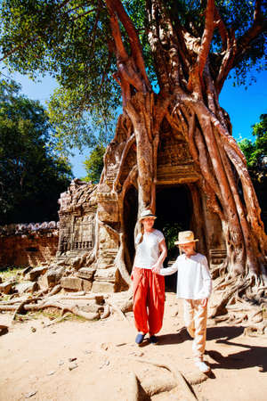 Family visiting ancient Ta Som temple in Angkor Archaeological area in Cambodia Zdjęcie Seryjne - 155367390
