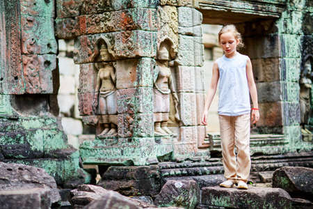 Little girl in ancient Angkor Wat temple in Siem Reap, Cambodia Zdjęcie Seryjne - 155367398