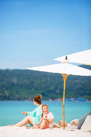 Mother and daughter enjoying tropical beach vacation Zdjęcie Seryjne