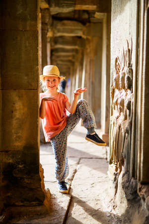 Little girl in ancient Angkor Wat temple in Siem Reap, Cambodia Zdjęcie Seryjne - 159724215