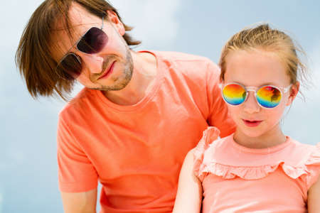 Portrait of father and his adorable little daughter on summer day Zdjęcie Seryjne