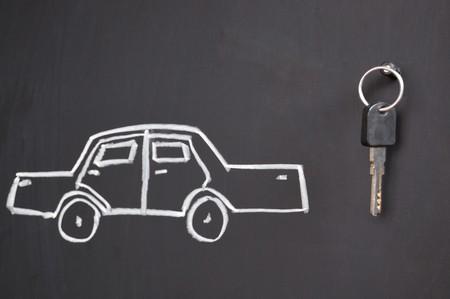 dream car: Esbozo de coche y reales claves en la pizarra  Foto de archivo