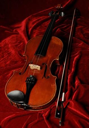 fiddlestick: violine pasado de moda en el fondo de terciopelo color p�rpura