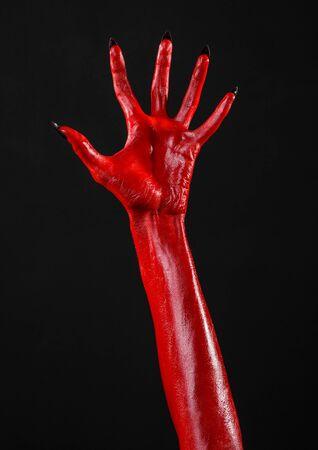 satan: Red Devil Hände, rote Hände von Satan, Halloween-Thema, schwarzer Hintergrund, isoliert Studio