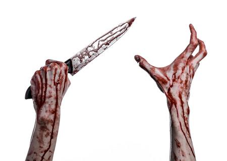 Main sanglante tenant un couteau, un grand couteau sanglant, thème sanglant, un tueur avec un couteau, thème halloween, fond blanc, isolé, violence, suicide, assassiner, un voyou, un studio de boucherie Banque d'images - 56336799
