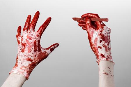 分離したメス、白い背景を持つ手袋、医者、キラー、マニアックなスタジオで血まみれの手 写真素材