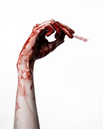 Blutige Hand mit einem Skalpell, einem Nagel, weißer Hintergrund, Zombie, Dämon, maniac Standard-Bild