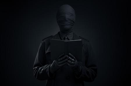demonio: Arte negro, un hombre con un traje negro, la cabeza atada, la soledad, la depresión en el estudio